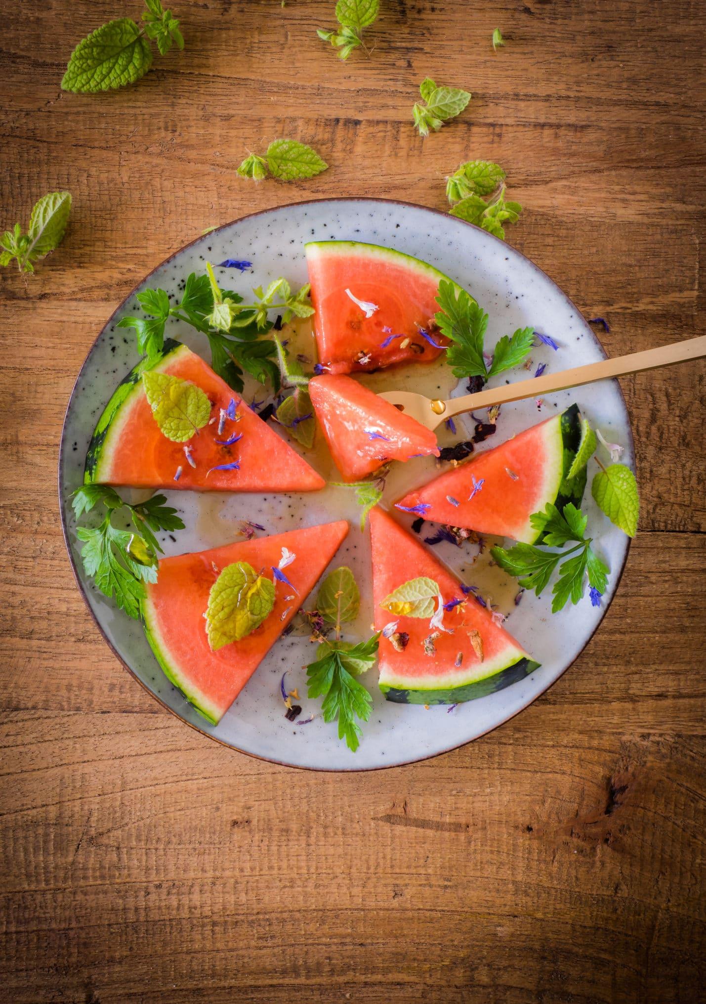 Wassermelone mit Petersilie, Melisse und Ahornsirup