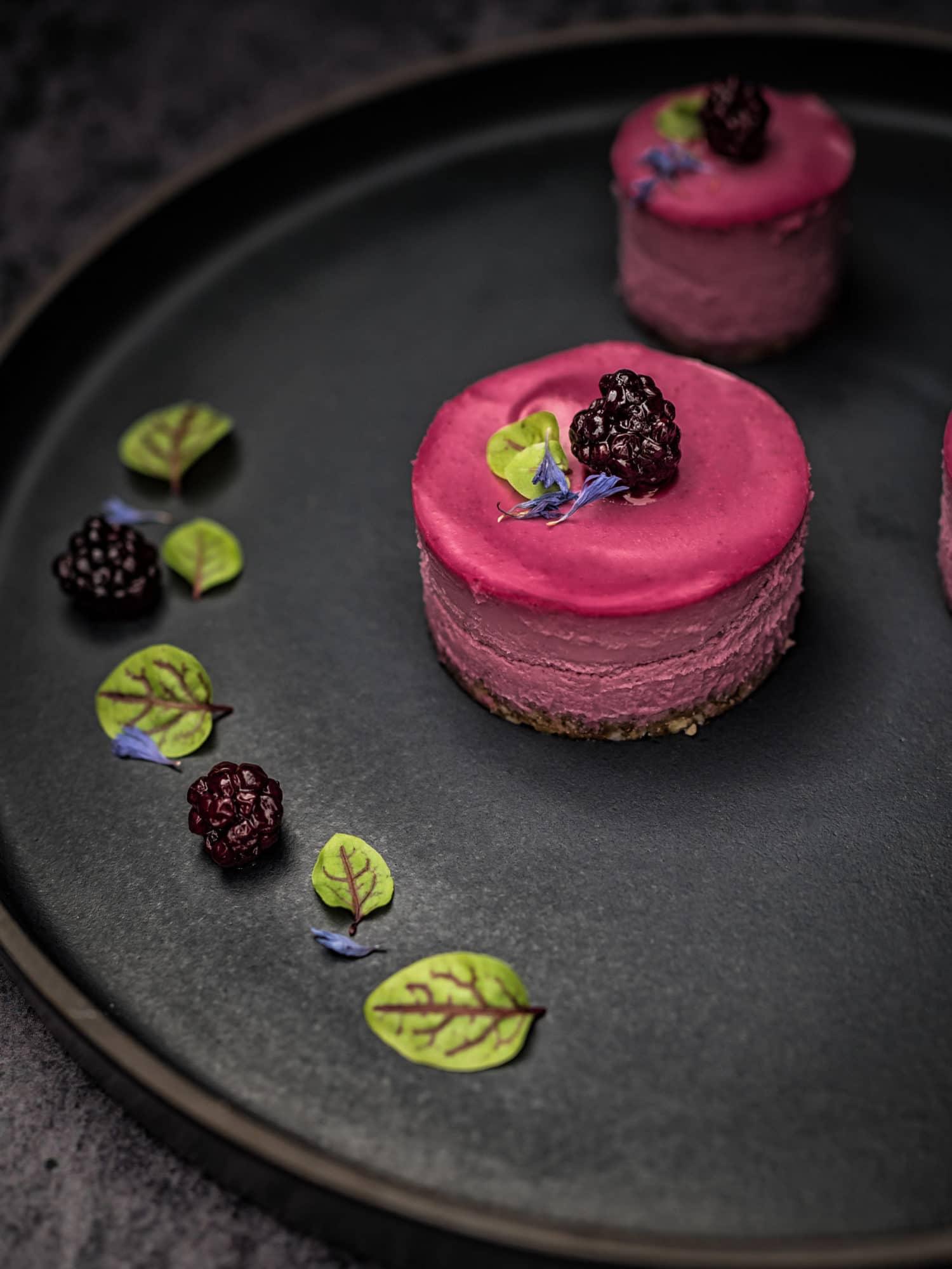 fermentierte Beeren, Vene Kresse und Lavendel auf pinken mini Cheesecakes