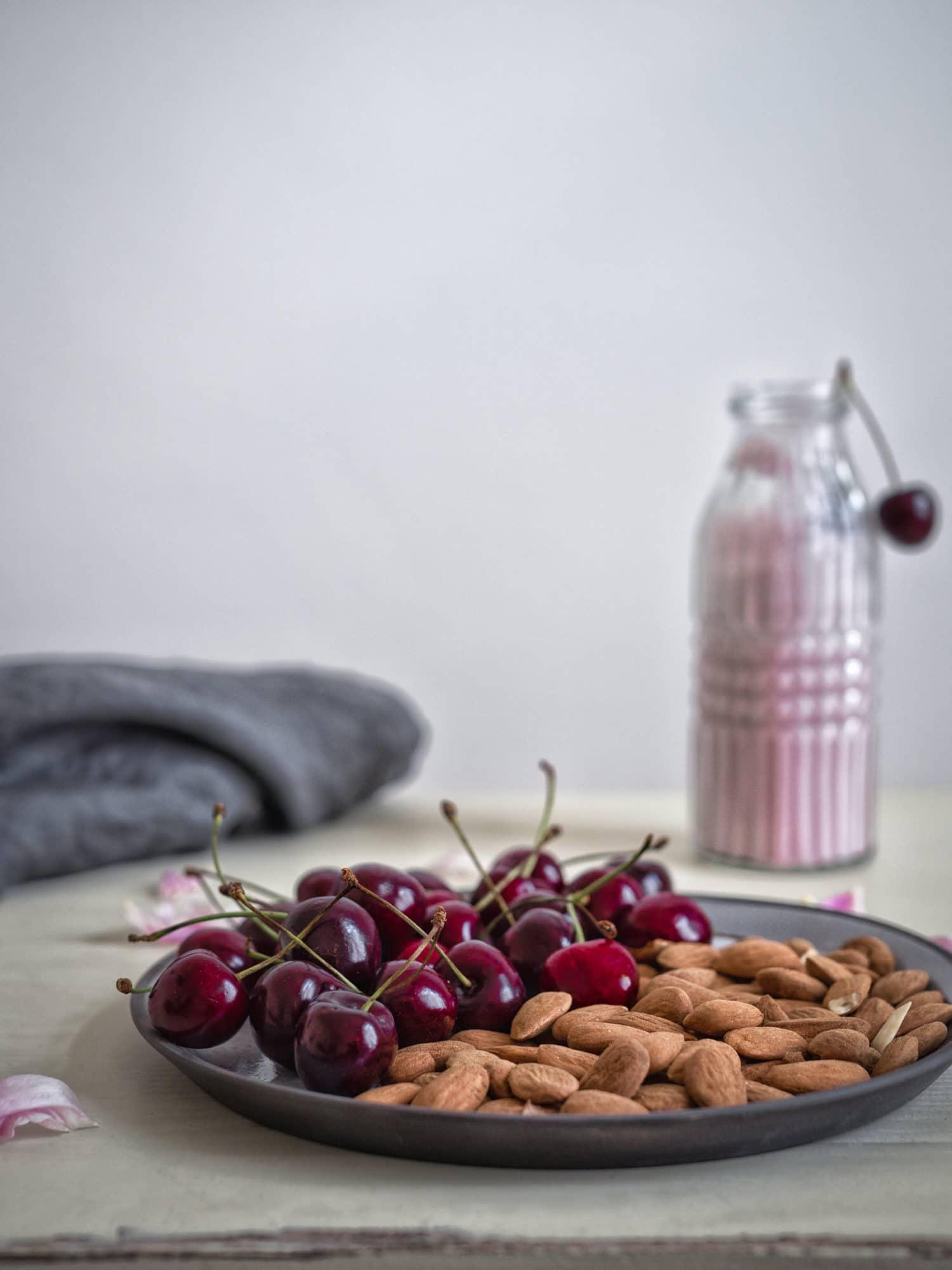 Kirschen und Mandeln Zutaten für vegane Kirschmilch