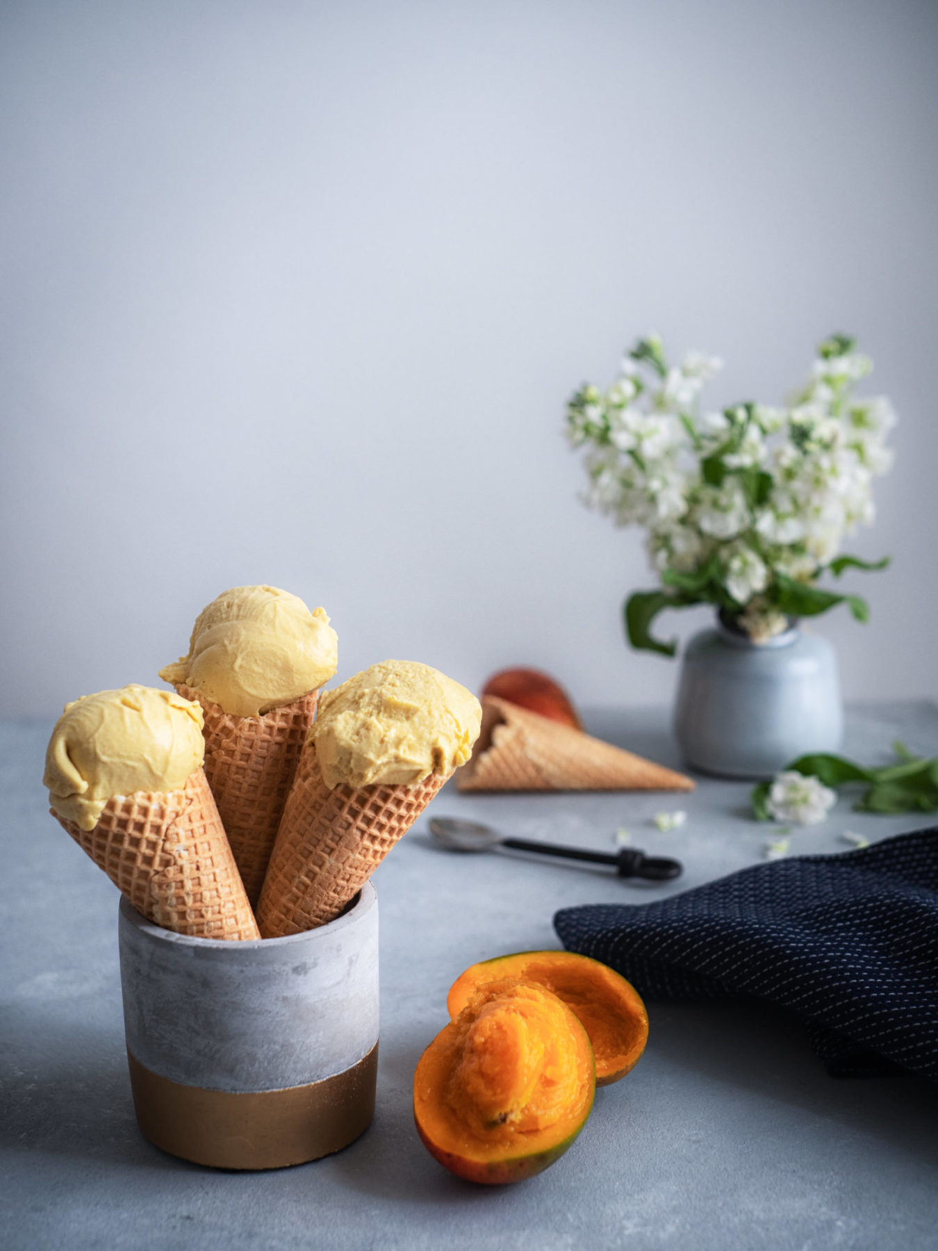Veganes Sauerrahmeis mit frischer Mango