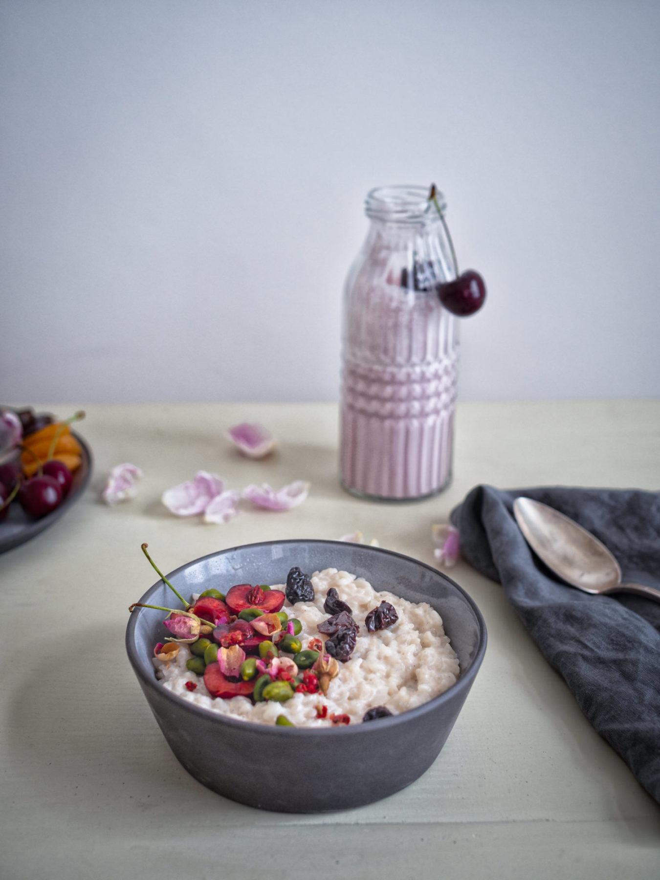 Ayurvedischer Reispudding mit Kardamom, Rosenwasser und Kirschen.
