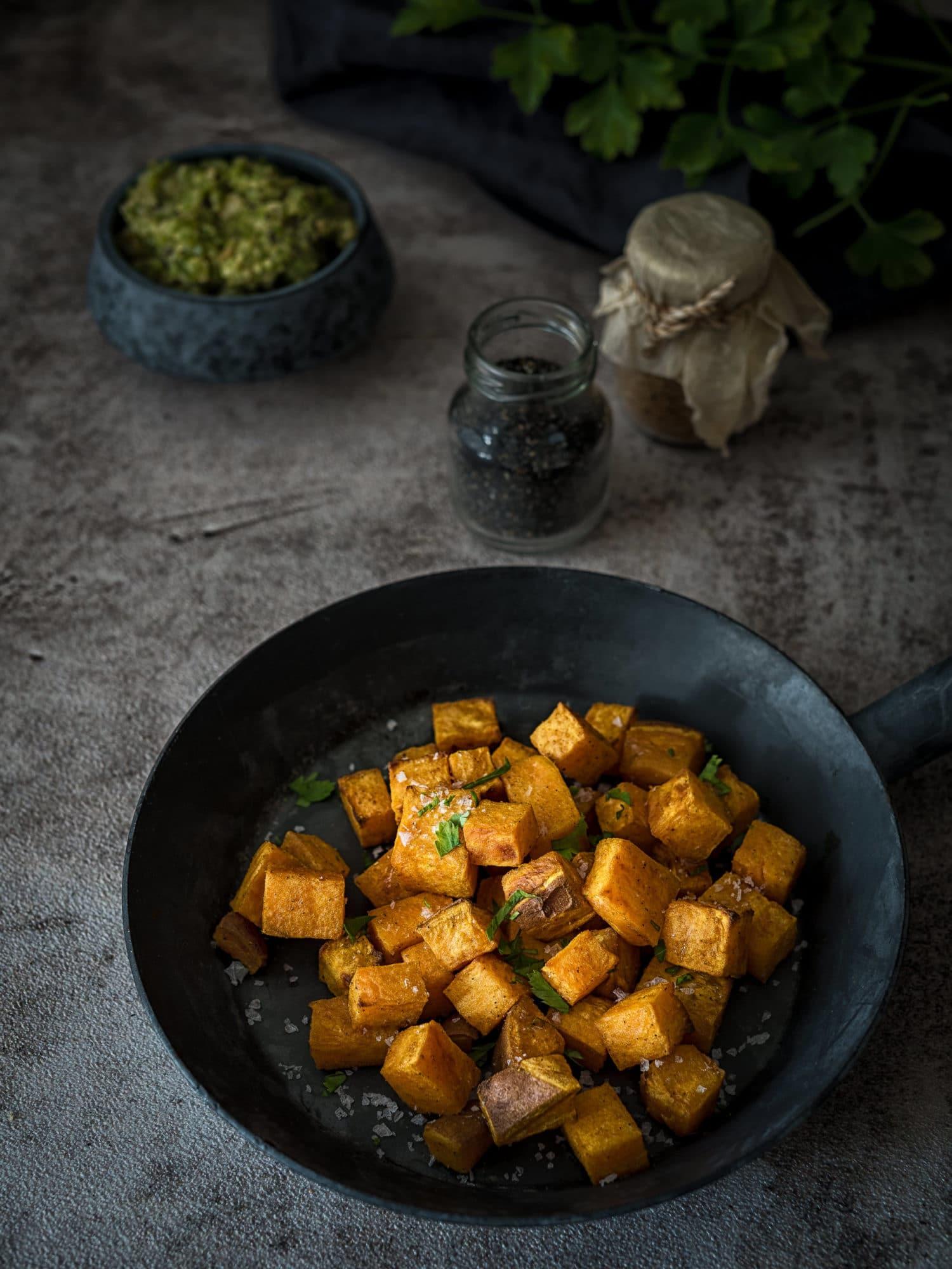Ayurvedische Süßkartoffeln mit Mojo Verde