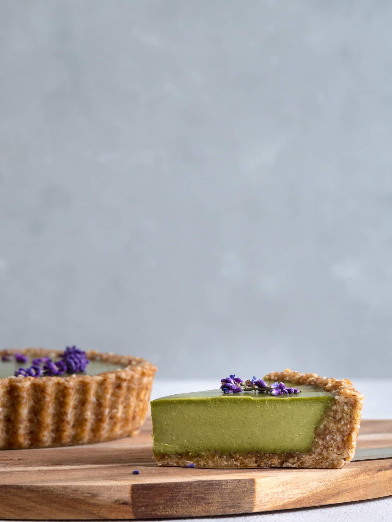Ein Stück der Matcha Lavendel Tarte. Vegan, Zuckerfrei, gutenfrei Backen. Veganer Foodblog. Happy Mood Food.
