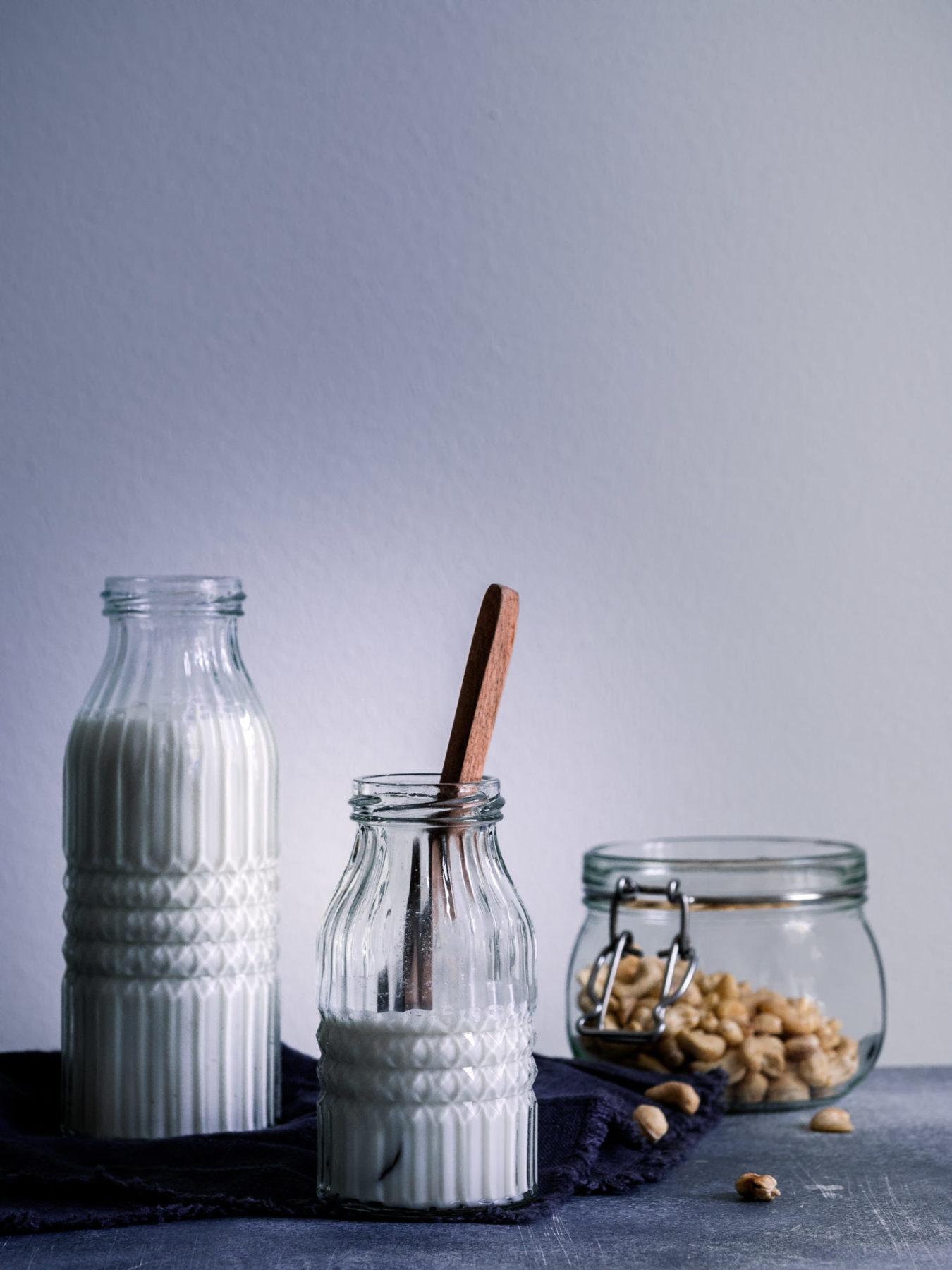Cashewmilch selber machen. Milch in Flasche mit Kernen.