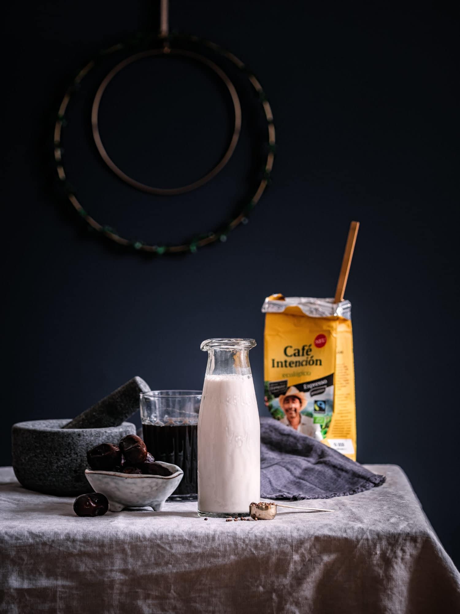Zutaten für Latte Macchiato aus Fair Trade Kaffee mit pflanzlicher Milch, Datteln und Gewürzen