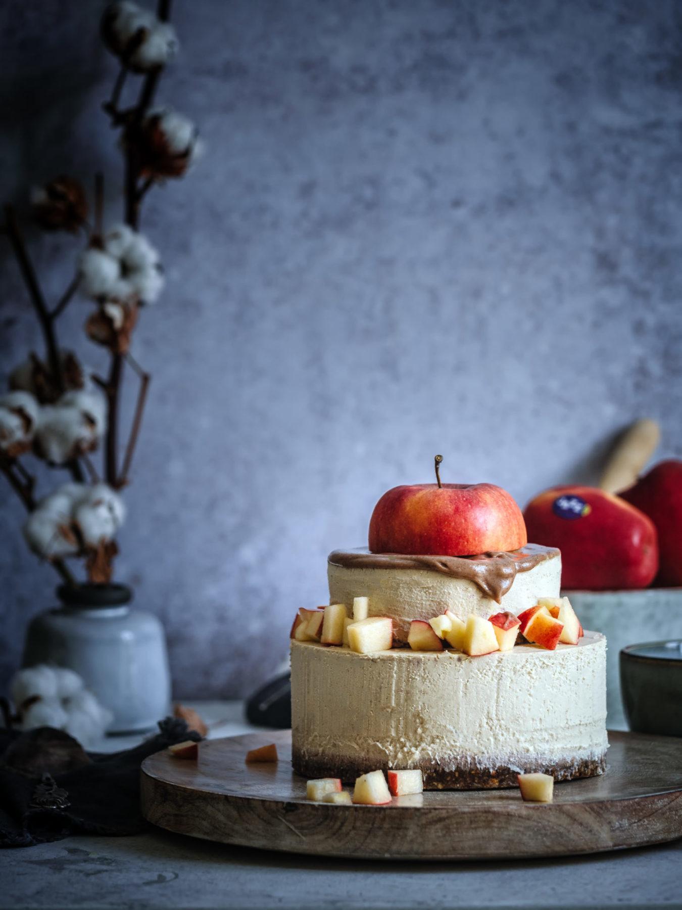 Kuchen ohne Backen mit Apfel obenauf und Karamell