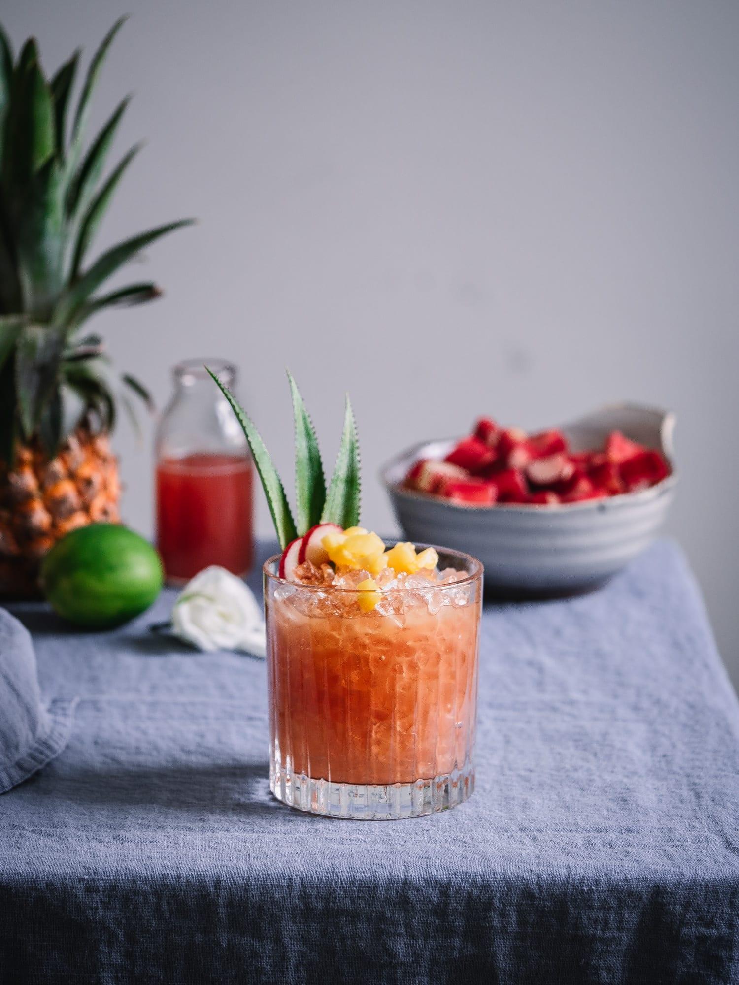 Rhabarbersirup, Ananas und Rum Cocktail im Glas.
