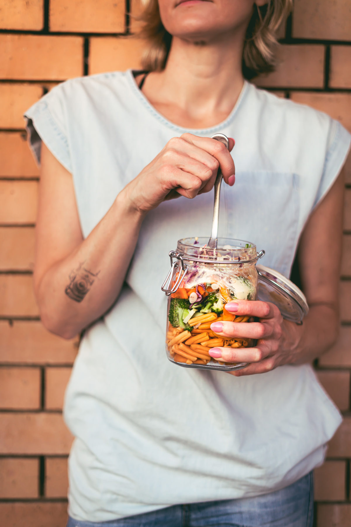 Veganer Nudelsalat im Glas zum mitnehmen