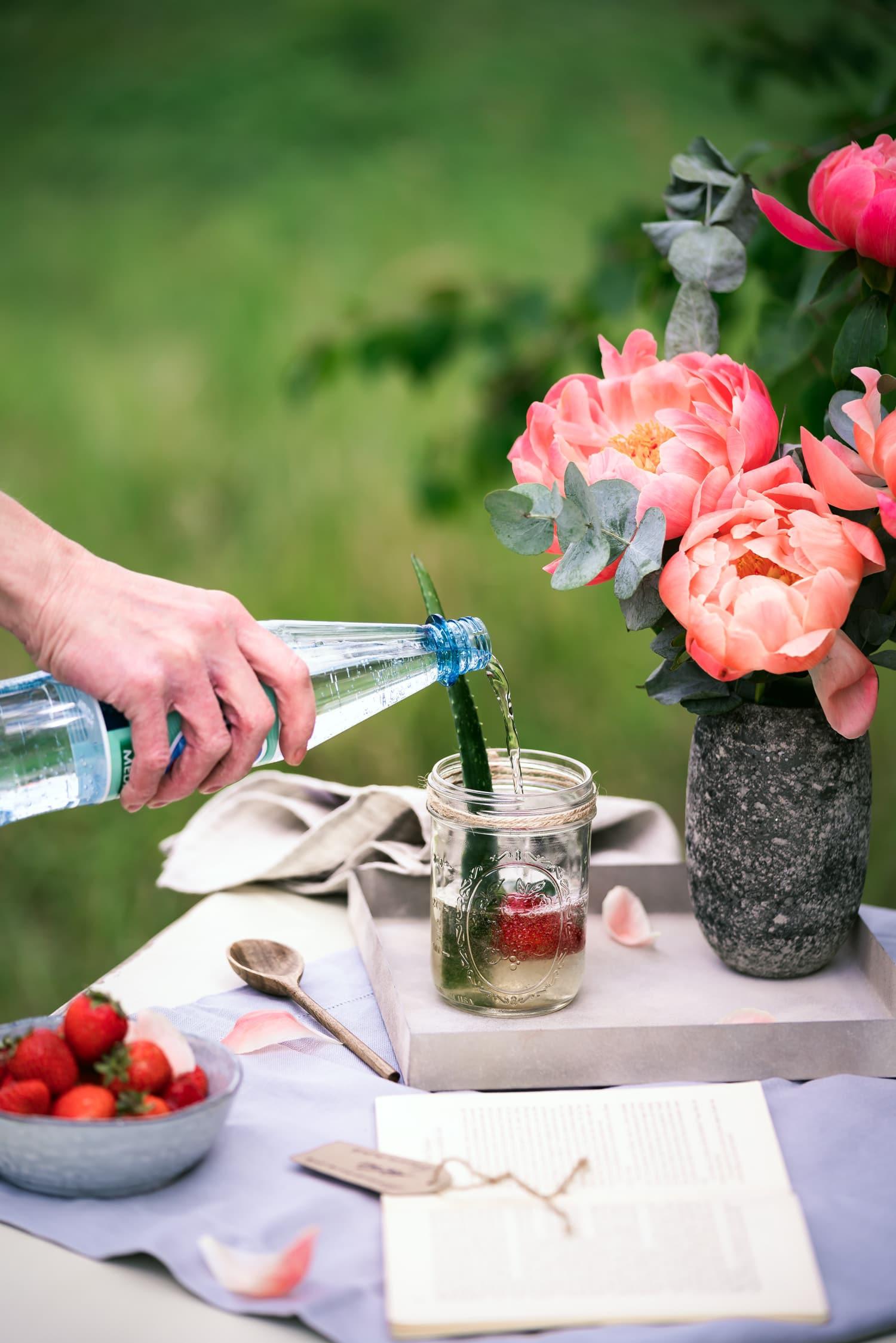 Aloe Vera Saft mit Mineralwasser, Erdbeeren und Gurke.