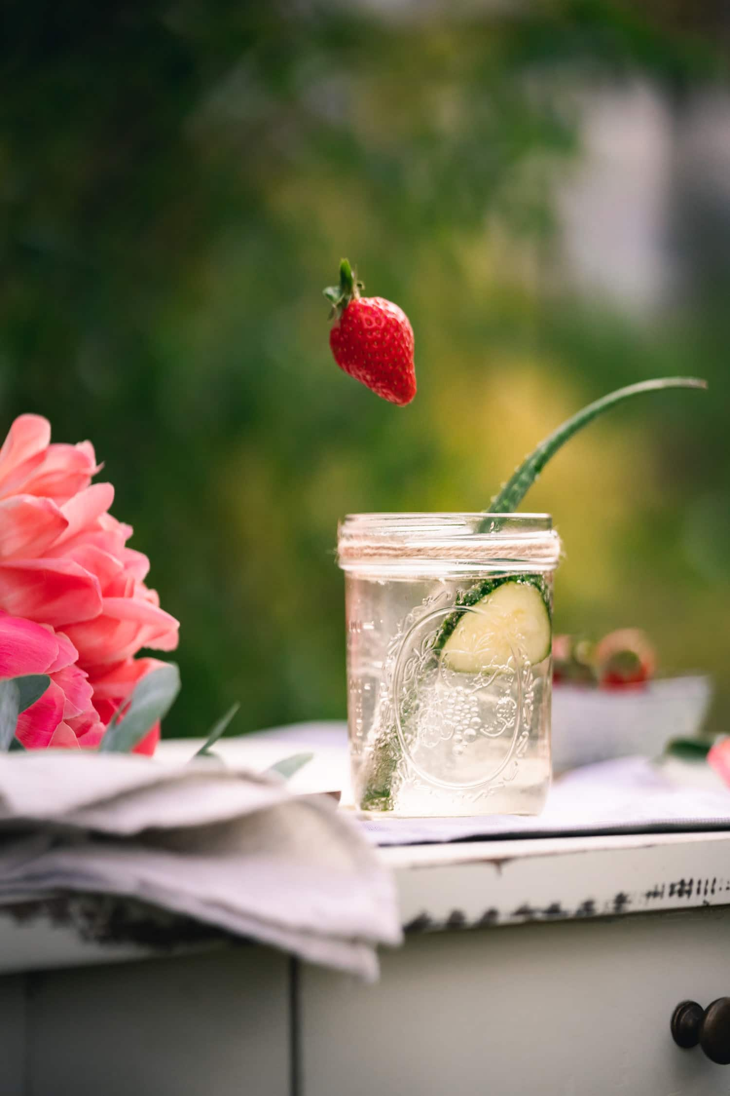 Erdbeere fällt in Aloe Vera Saft