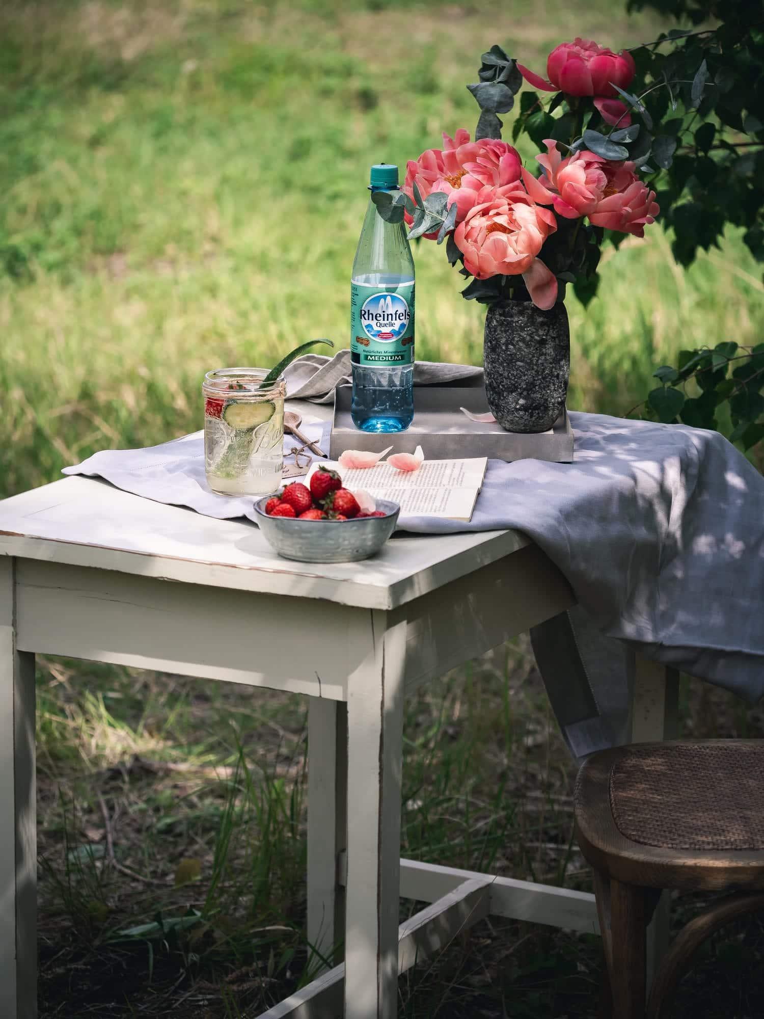 Aloe Vera Saft als Schorle auf Tisch im Garten