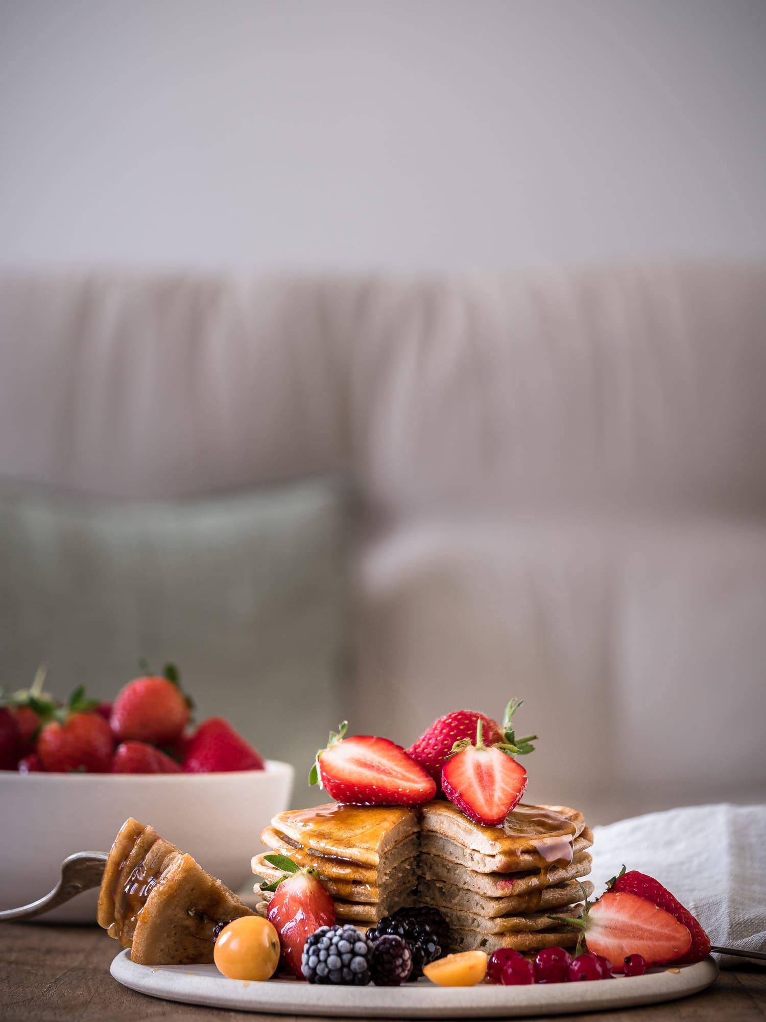 Vegane Protein Pancakes ohne Zucker mit Beeren und Karamellsauce