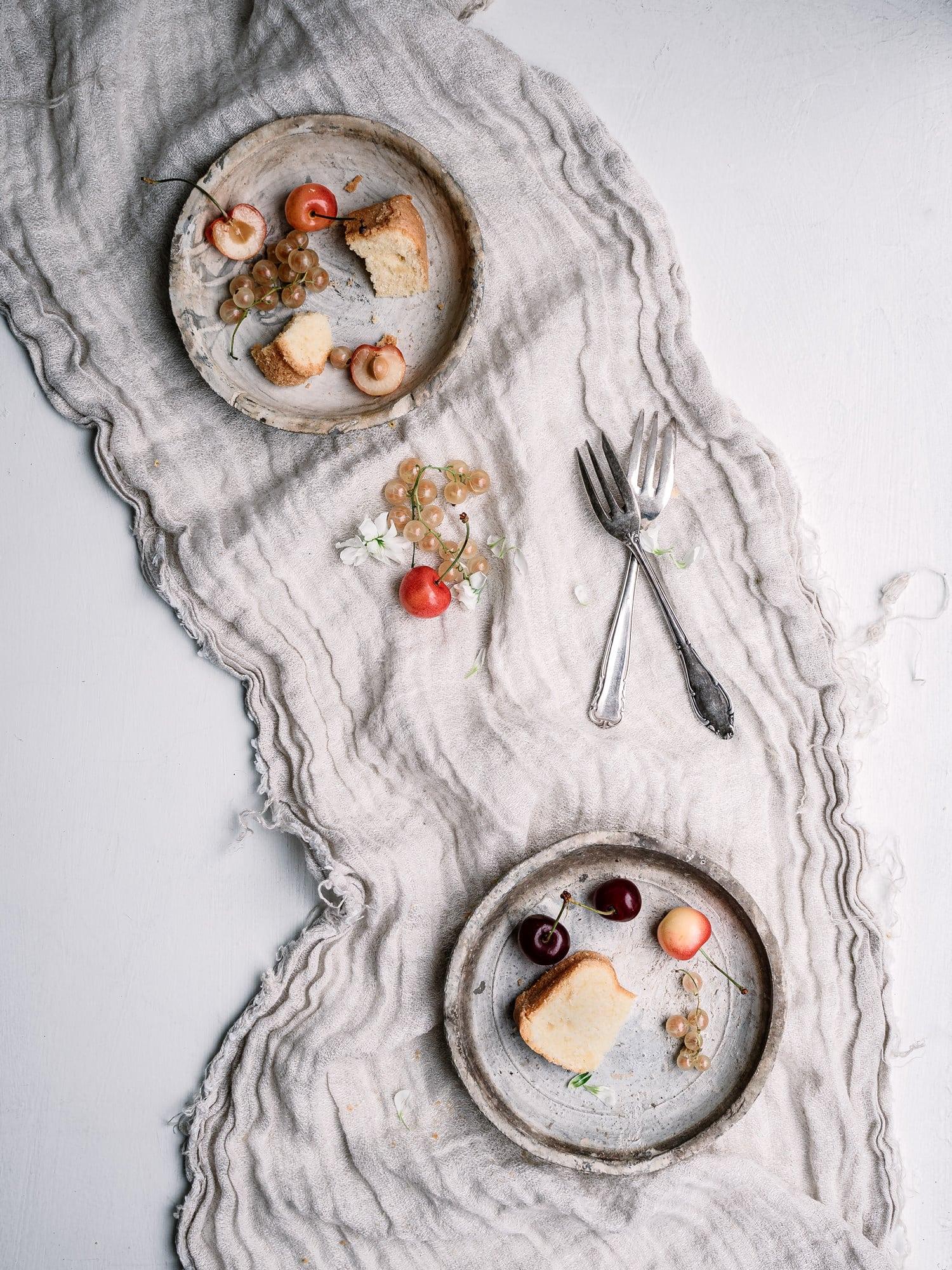 Mini Guglhupfe auf dem Teller. Vegan, Zuckerfrei, Gesund