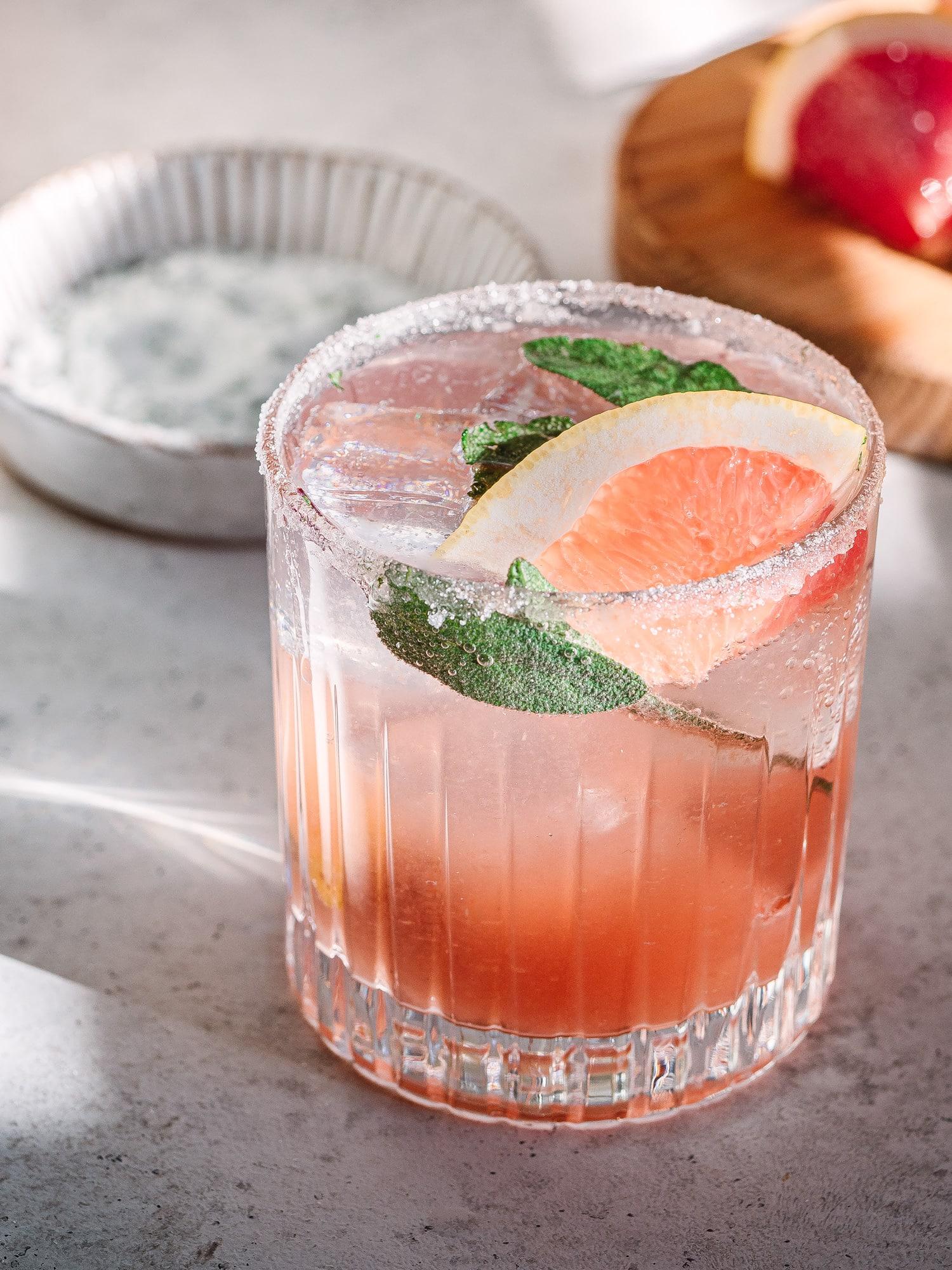 Close Up des Grapefruit & Salbei Gin Tonic