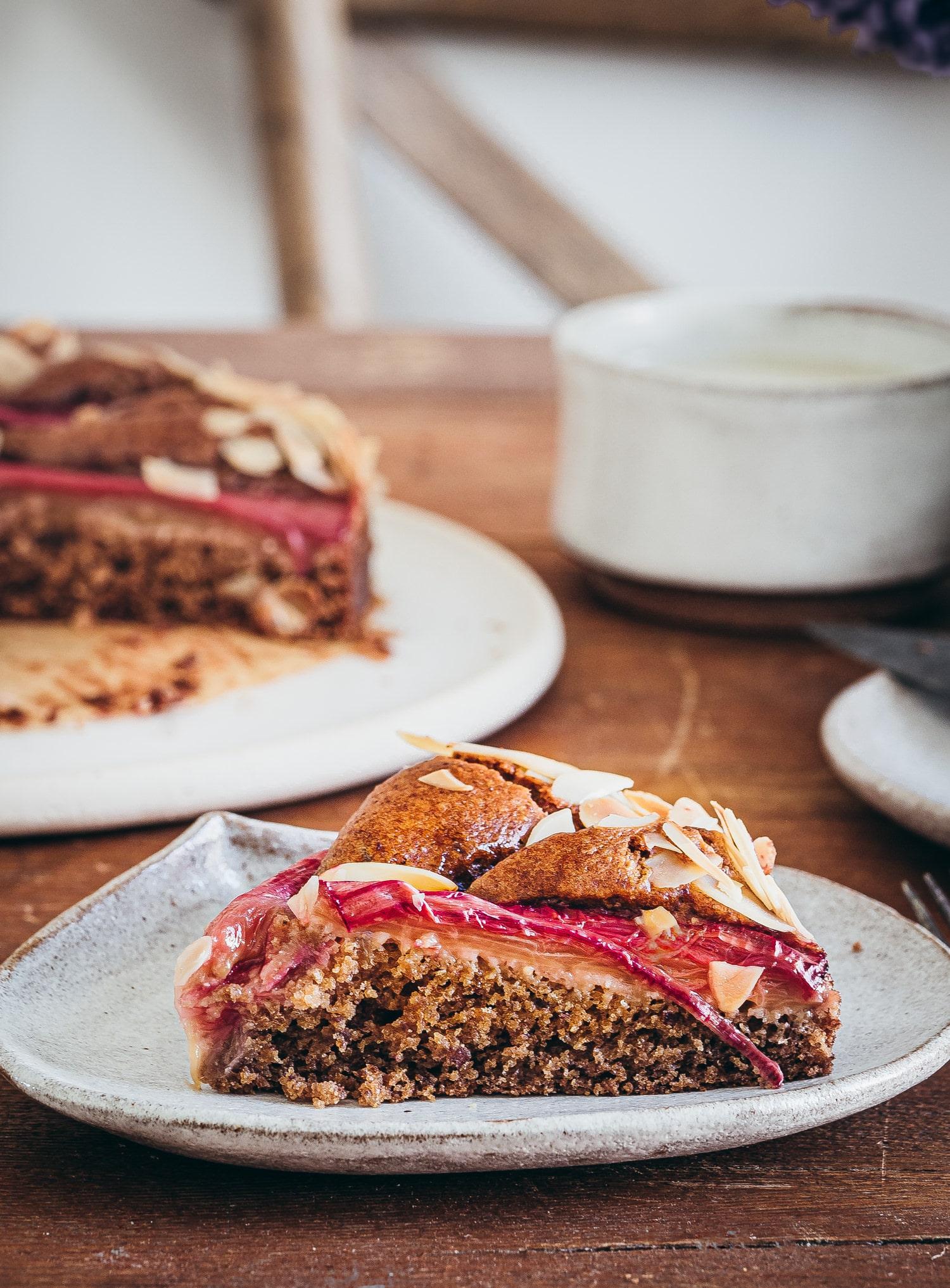Veganer Rhabarberkuchen mit Mandeln .Kuchenstück.