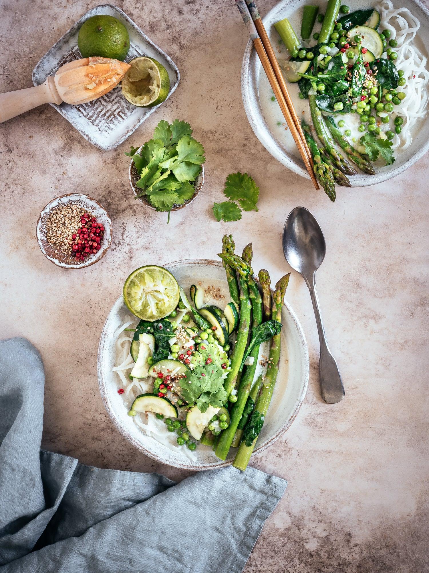 Frühling auf dem Teller: grüne Spargelsuppe mit Kokosmilch, Reisnudeln & Miso
