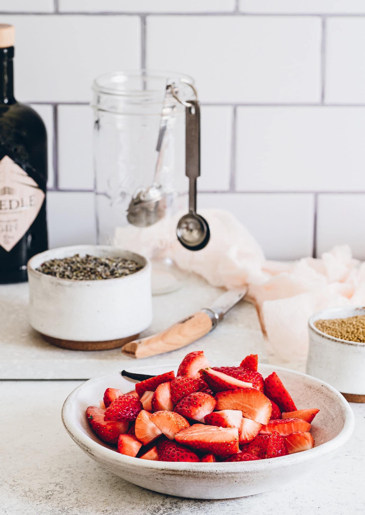 Frische Erdbeeren auf weissem Teller in Küche