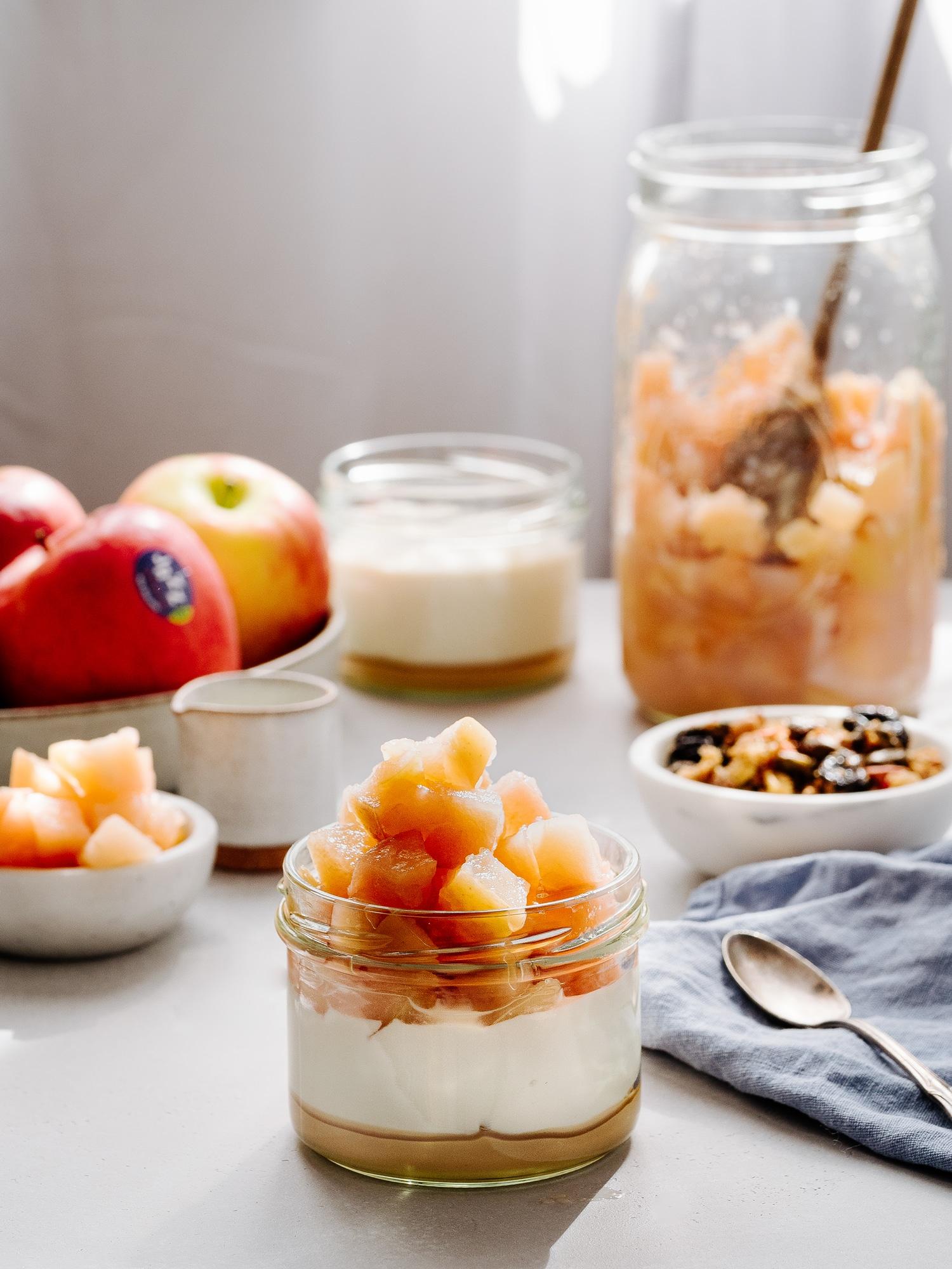 Apfelkompott im Glas mit Granola