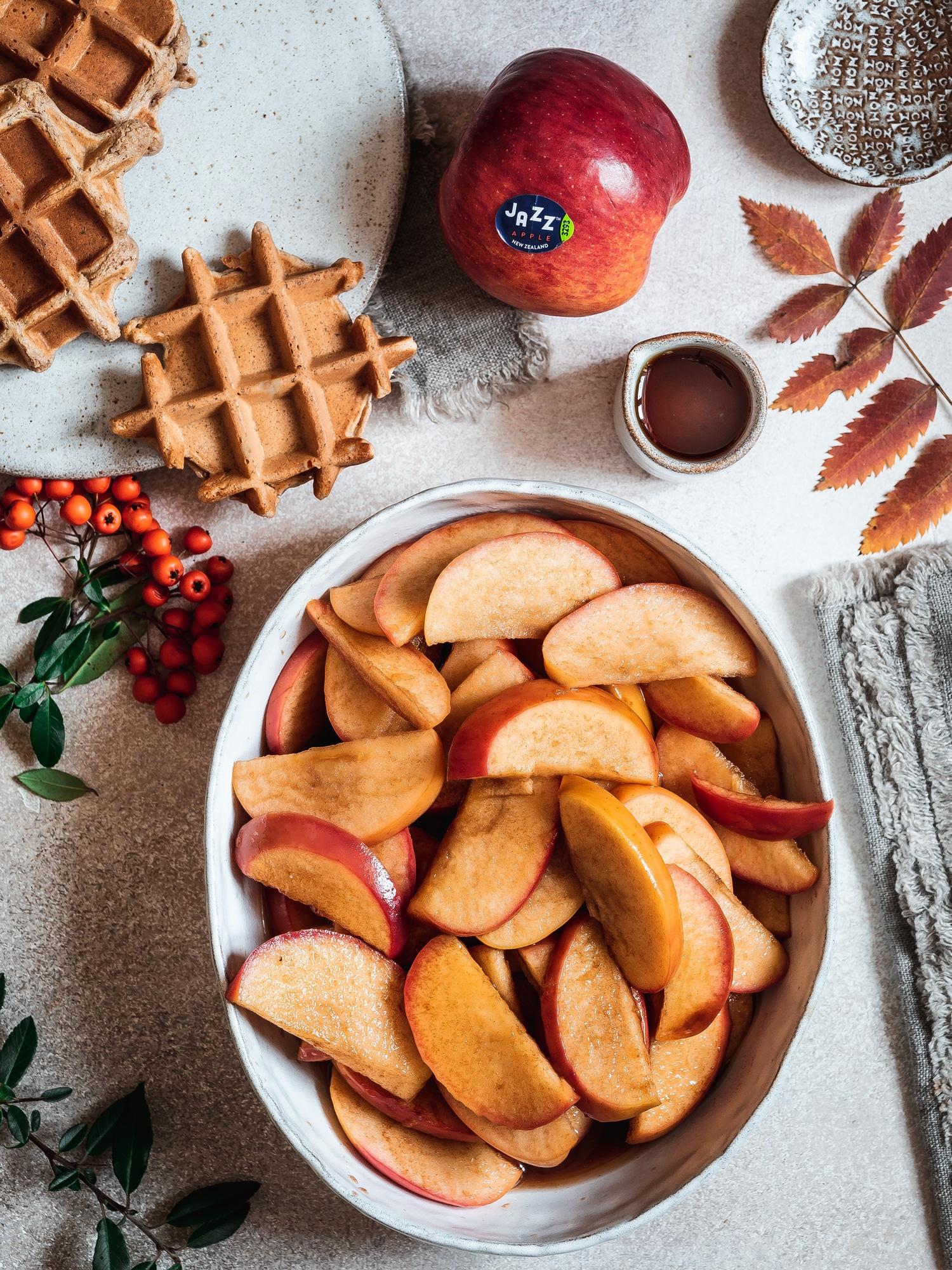 Weihnachtswafflen mit Zimtäpfeln