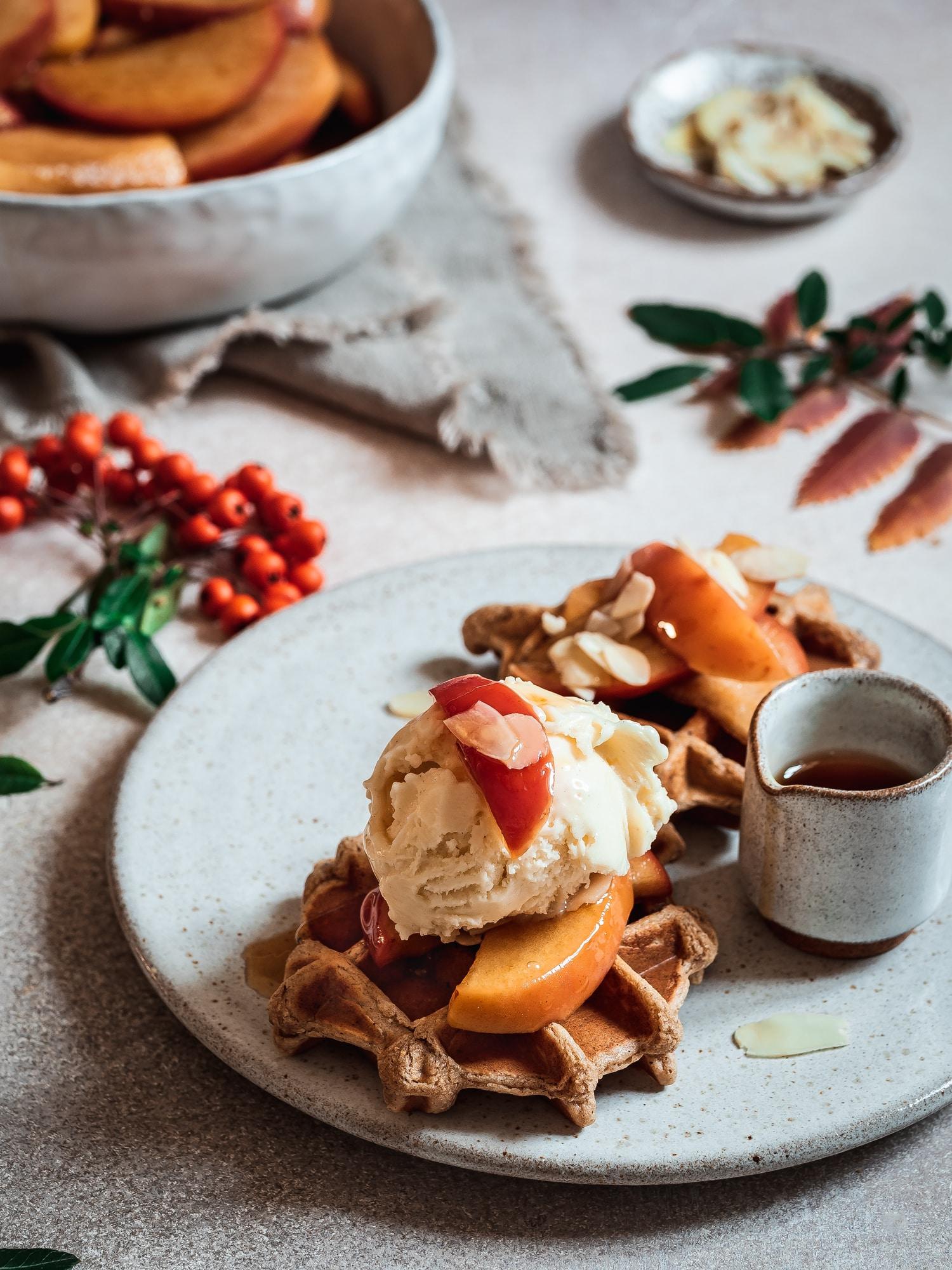 Weihnachtliche Haferwaffeln mit Zimtäpfeln und Vanilleeis. Glutenfrei und vegan von happy.mood.food