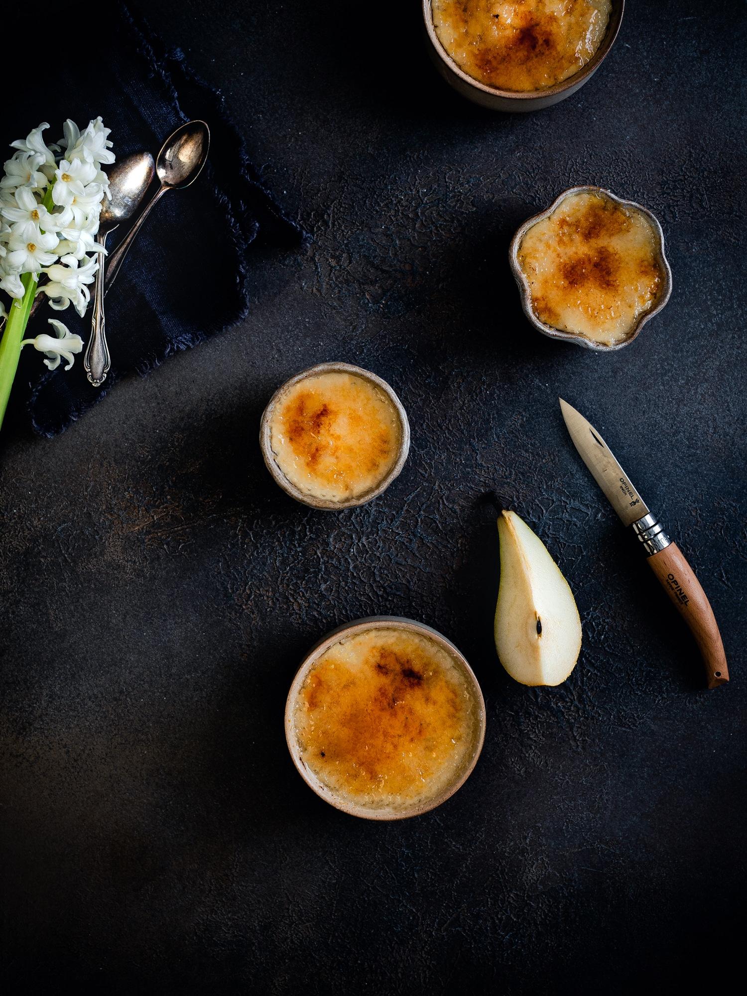 Vegane Crème brûlée / Crema Catalana mit Birne, Vanille und Kardamom