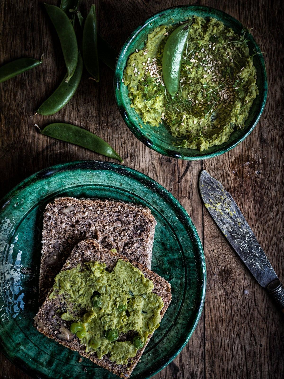 Erbsen Hummus mit Asafoetida. Sommerliches Hummus Rezept von happy.mood.food, sattvischer Foodblog mit veganen Rezepten.