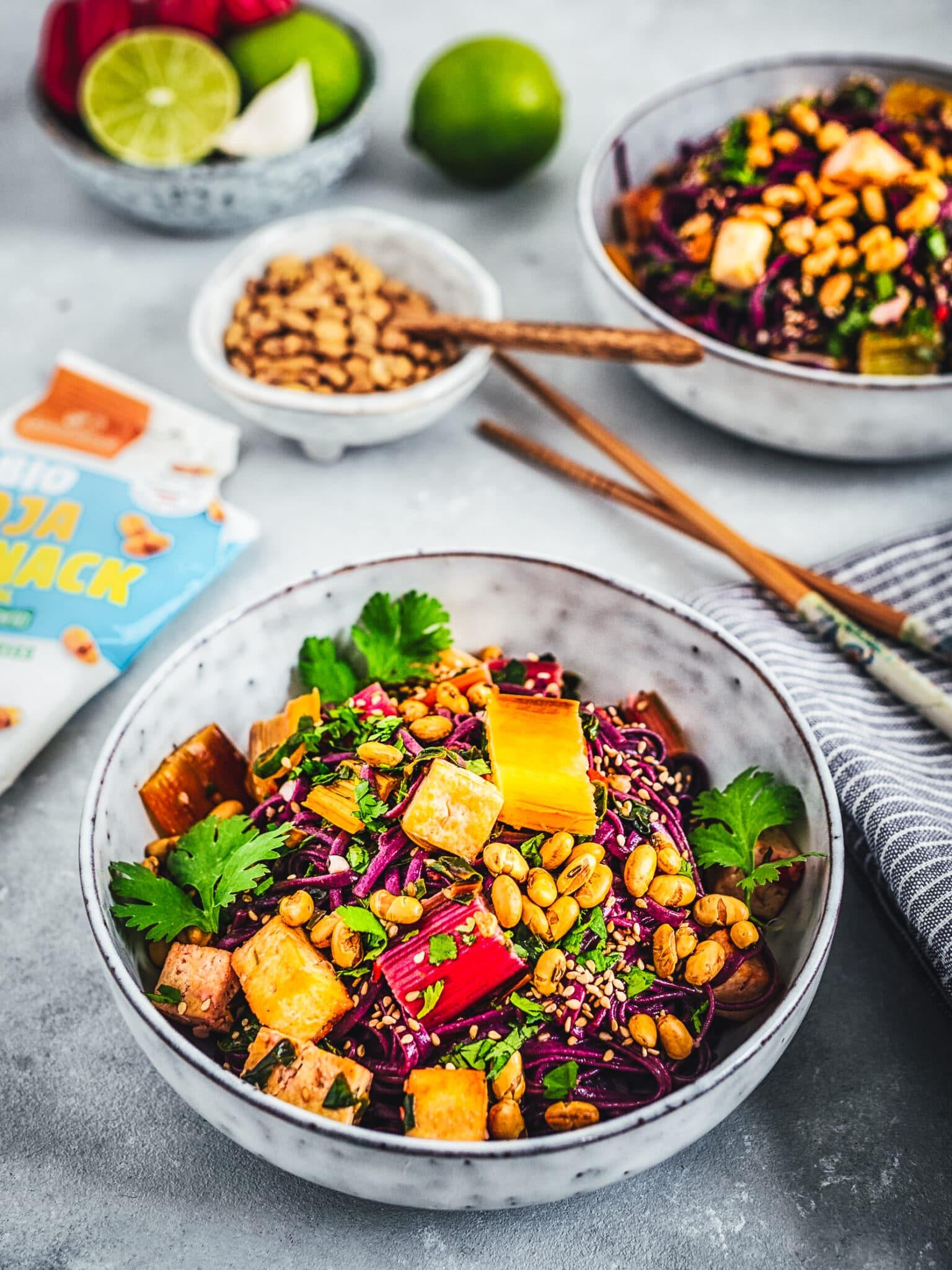 Reisnudel Rezept: Bowl mit buntem Mangold, Kokos-Limetten Tofu und Soja Crunch
